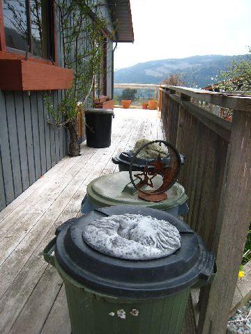 垃圾桶用很可愛的石頭壓著