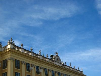 Schloss Schonbrunn熊布倫宮屋頂雕像.JPG