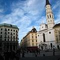 左邊是Looshaus羅斯館,右邊有Michaelerkirche米楔爾教堂.JPG