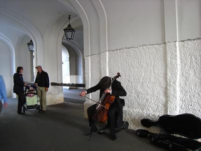 迴廊間演奏的街頭藝術家.JPG
