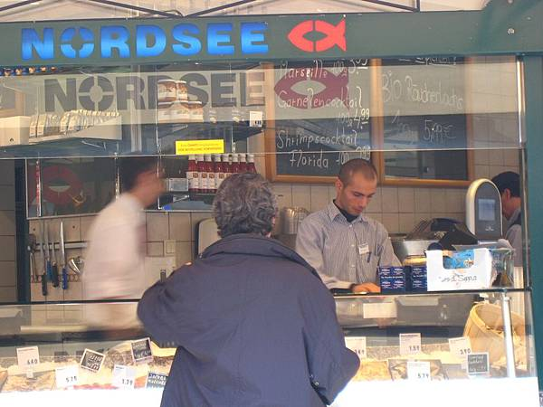 Naschmarkt納緒市場賣魚的帥哥