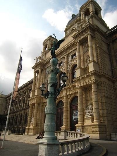 Naturhistorisches Museum自然史博物館前的雕像-1.JPG