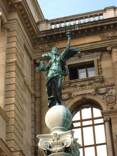 Naturhistorisches Museum自然史博物館前的雕像-2.JPG