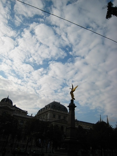 Universtat維也納大學及路上的雕像.JPG