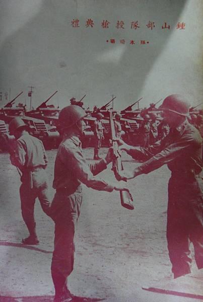 中華民國陸軍裝甲兵5105-1新兵授槍.jpg