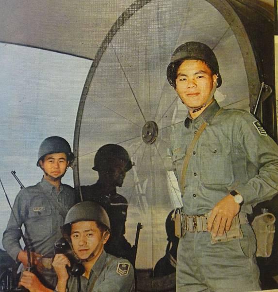 中國陸軍畫刊5712-1照明部隊-1