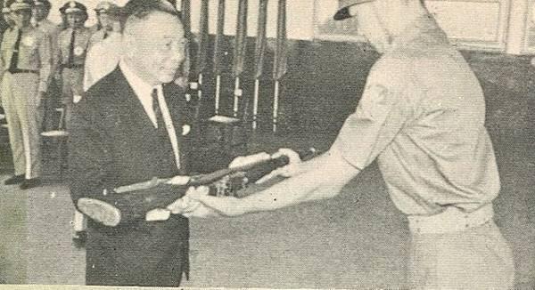 中國陸軍畫刊5709成功嶺57年暑二梯授槍代表馬英九