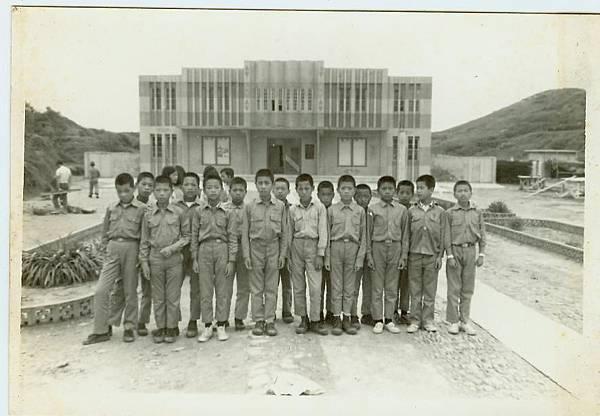 民國60年代東莒中正堂(相片右側空地後來建國軍英雄館).jpg