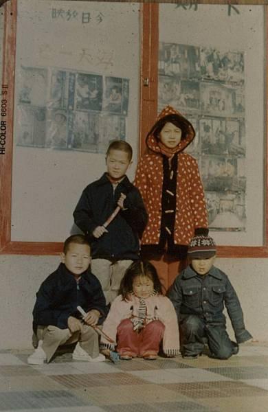 民國60年代東莒中正堂(背景為當時撥放之電影).jpg