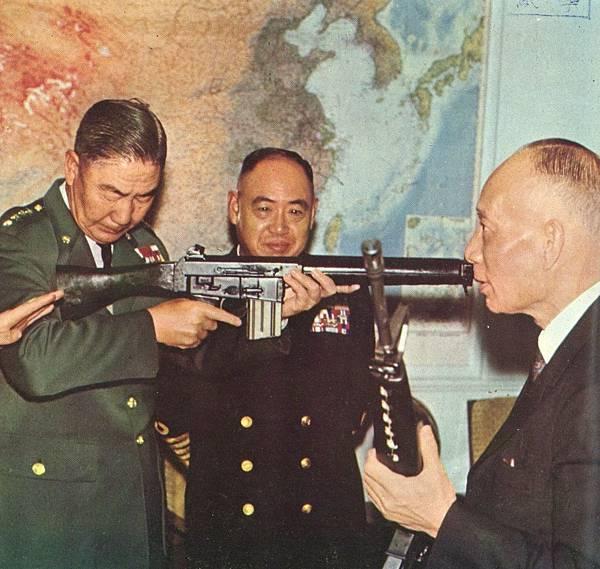 中國聯勤月刊5904-M16與AR18黃杰高魁元-3