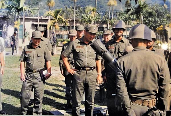 76年師長黎萍陪同軍團司令視察部隊操課.jpg