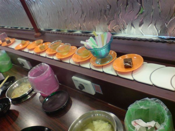 旋轉盤上的甜食.JPG