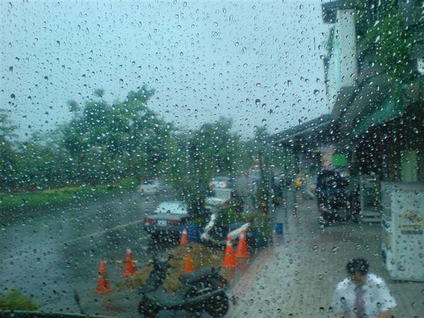 雨大的跟什麼一樣.JPG