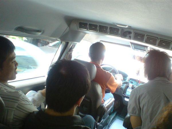 接駁車[擠了9個人..].JPG