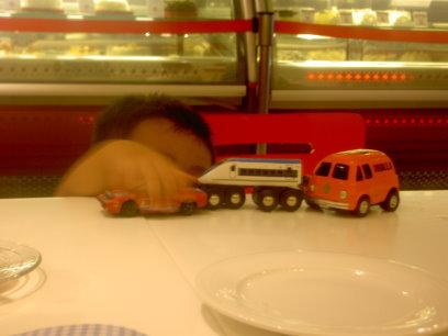搆不到桌面也要玩一下車車