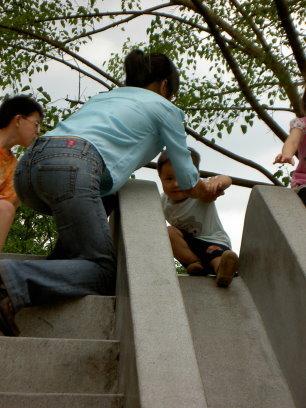 媽媽陪小4溜滑梯