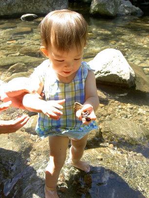 溪邊有好多石頭呢