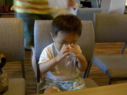 小4可以雙手捧杯喝水囉