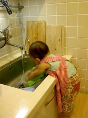 穿圍裙洗菜