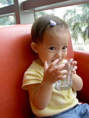 玻璃杯喝水比較好喝