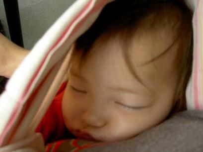 出發前睡到臉歪的均