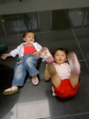 小魚:來,姐姐教妳踢腳