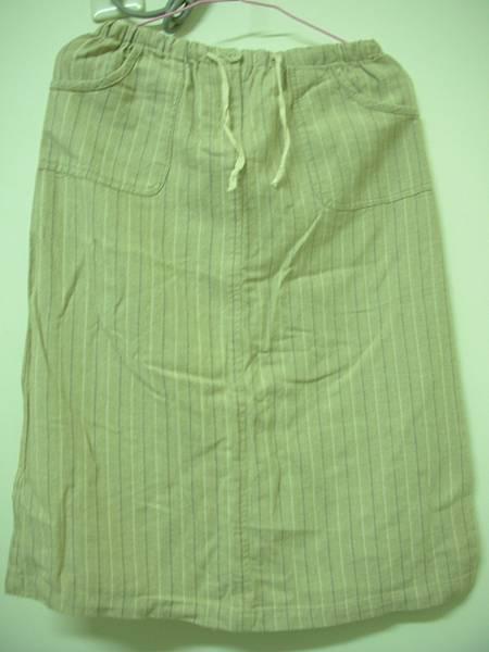 09. [全新]米黃色直條紋及膝休閒裙