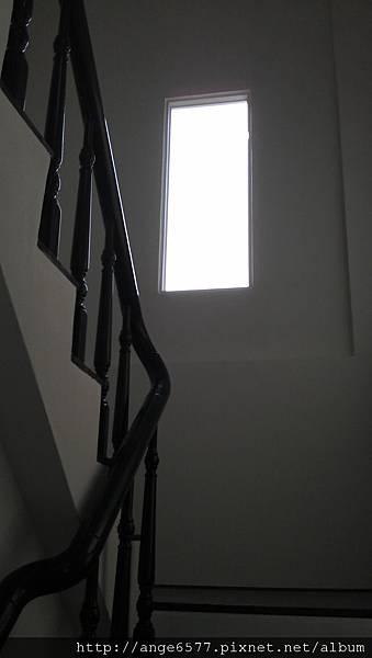 木頭扶手樓梯 (2).jpg