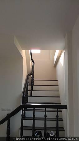 木頭扶手樓梯.jpg