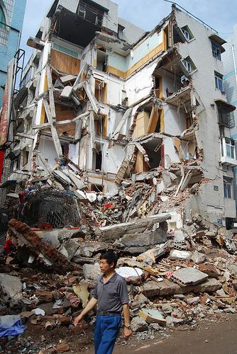 在德陽市的漢旺鎮,差不多所有建築物都已變成危樓或頽坦敗瓦.jpg