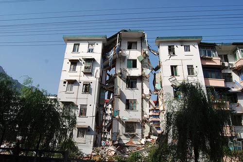 在德陽市的漢旺鎮,差不多所有建築物都已變成危樓或頽坦敗瓦02.jpg