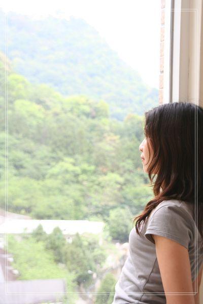 26房間窗前的側影.JPG