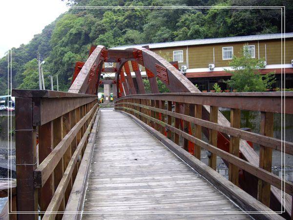 27飯店前的木橋.JPG