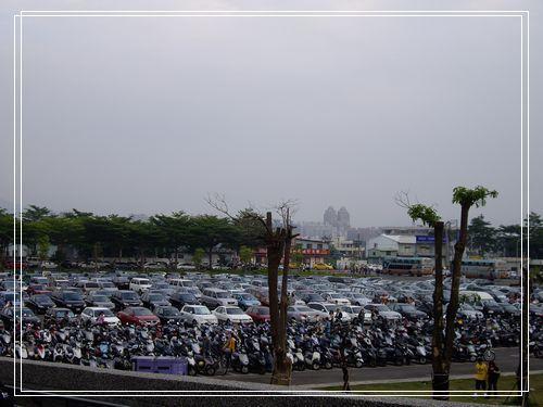 04停車場滿滿的車子.JPG