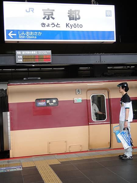 月台上工作人員,等次班即將到站的列車,準備整理清潔到終點列車