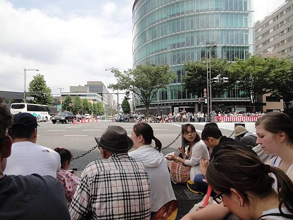 在等遊行車隊時,車子還是可通行的,行人是不能衝到馬路上的囉