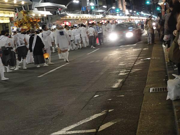 遊行車隊在等前方一隊儀式結束過程中,還是有開放給車子通行唷