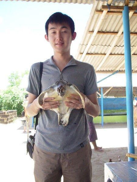 小佑抱龜龜