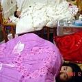 我們的床~柔柔跟媽媽準備要睡覺了.爸爸不知道在拍怎麻樣的