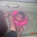 浴缸游泳~柔柔的臉被游泳圈夾住了.嘴嘴變成O型