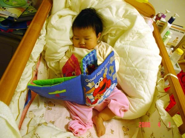 在小床上看書看到睡著了.果然還是像媽媽