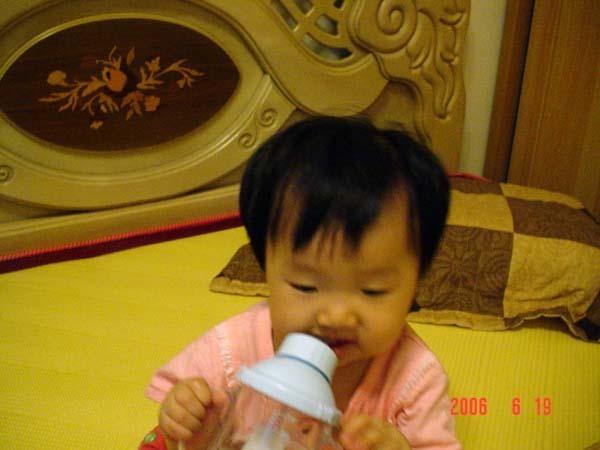 用吸管喝水很方便吧
