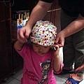 阿雅阿姨幫忙柔柔戴頭巾