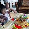 插上1歲蠟燭的蛋糕^^柔柔生日大快樂拉