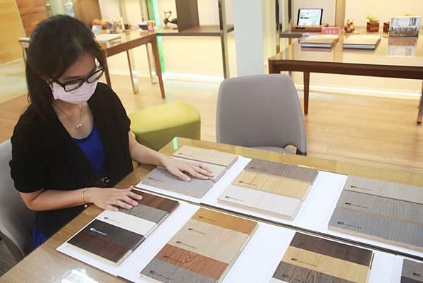 選超耐磨木地板還是海島型木地板.jpg