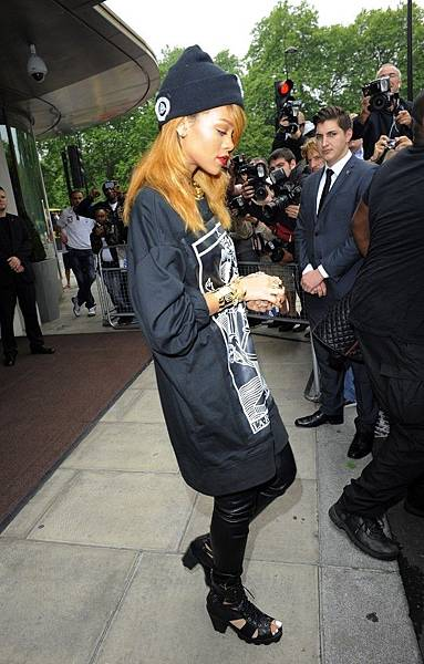 Rihanna+Rihanna+Leaves+London+Hotel+ITTSIneLQxix