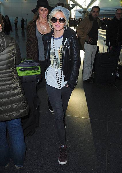another-occasion-while-traveling-Ashlee-Simpson-paired-her-gray-beanie-quilted-leather-jacket-gray-skinny-jeans-high-top-sneakers-round-sunglasses
