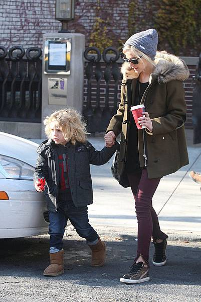 Ashlee-Simpson-fur-trim-Sandro-coat-burgundy-jeans-leopard-Golden-Goose-sneakers-were-fabulous-own-her-peppered-Neff-beanie-18-added-perfect-finishing-touch