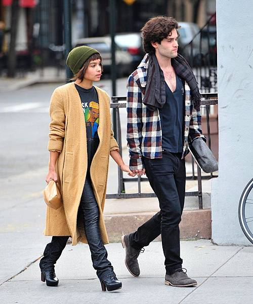 Zoë-Kravitz-showed-off-her-fashion-chops-working-effortless-daytime-ensemble-NYC-which-included-long-camel-coat-green-ribbed-beanie
