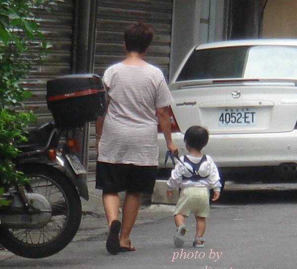 路上的溜小孩圖